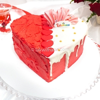 U Next to me Heart Cake